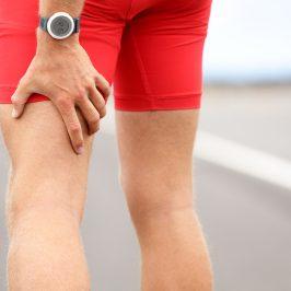 Dolor muscular y articular. Hombre tocándose la pierna.